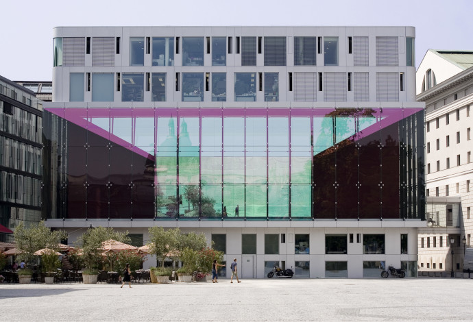 Exterior of the Bavarian State Opera in Munich, made with SCHOTT NARIMA® color effect glass